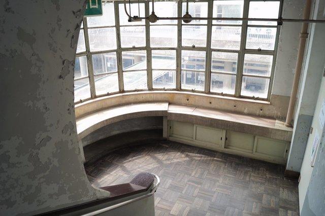 福祉センター分館 2、3階の洗面所 アールのかかった窓見下ろし.jpg
