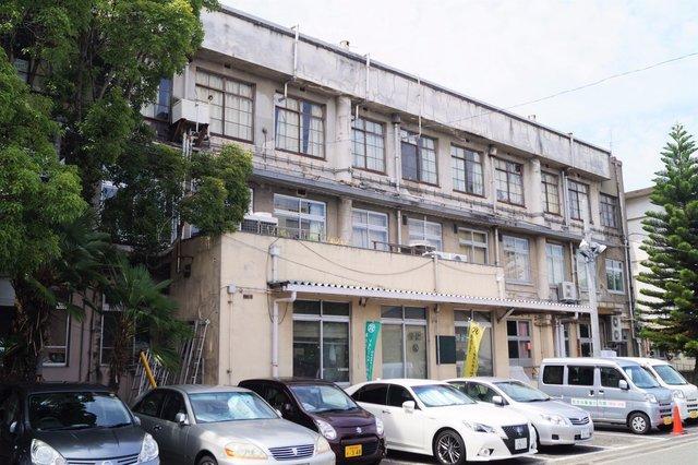 福祉センター分館 建物裏側 3階部分の窓が当時のまま.jpg