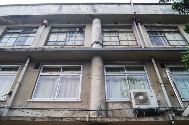 福祉センター分館 建物裏側 こちらも3階部分の窓が当時のまま残っています。.jpg
