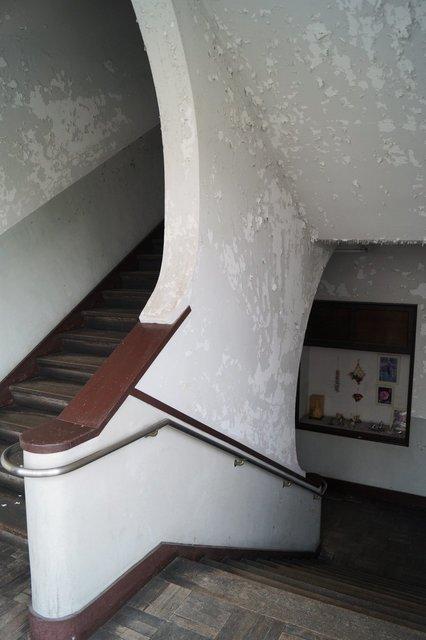 階段 塔屋まで続く階段です 弧をえがいた階段の壁が結構斬新.jpg